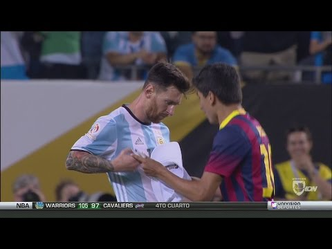 Messi firma la camisa a un niño que se lanza al campo a abrazarlo