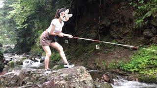 大雨でびしょ濡れになりながら釣りをするアラサー独身女