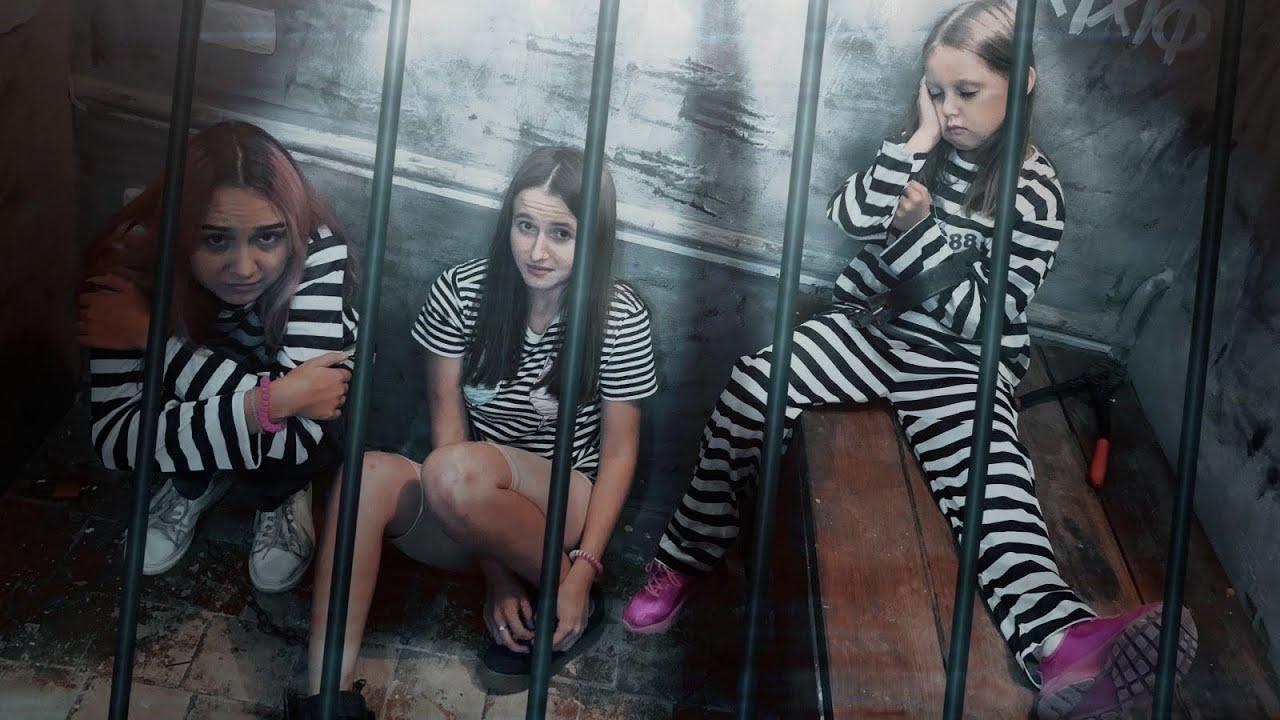 ПОБЕГ ИЗ ТЮРЬМЫ! Девочки оказались в заперта за ограждение банка! Как теперь выбраться?