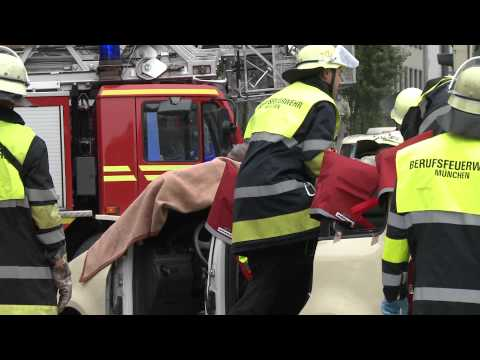 München: Unfall am Hauptbahnhof - Taxi kracht in Tram