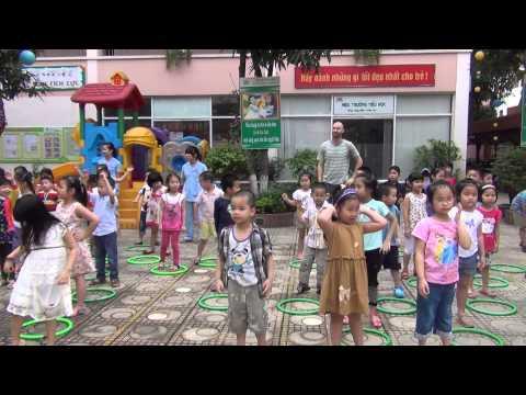 Thầy Toke trong giờ thể dục sáng với các bé trường mầm  non Thăng Long Kidsmart