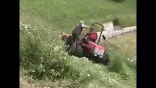 Antonio Carraro traktor dolgozik a rézsükön.