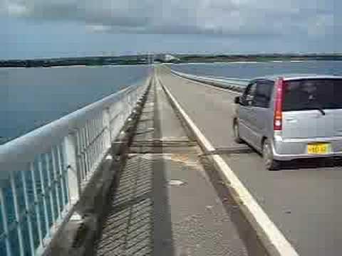 来間大橋を自転車で快走する。