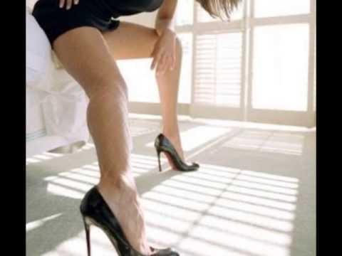 Sexys piernas de chica esperando el transporte - 4 5
