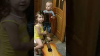 Дети поют и играют