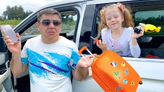 Nastya và bố đang đi du lịch với đồ chơi mới