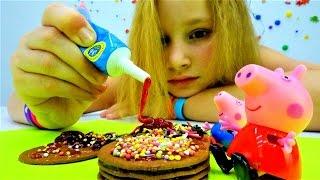 Свинка Пеппа из мультика украшает печенье. Видео для детей про игрушки из мультфильмов