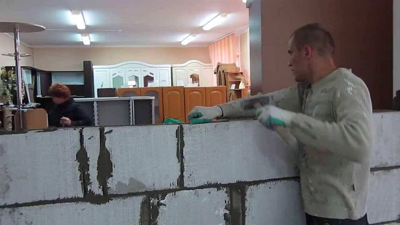 Перегородочные блоки необходимы для выполнения широкого спектра кладочных работ, производимых внутри помещения. Они предназначены для разделения отсеков, комнат и всего используемого в здании пространства. В отличие от стеновых блоков, обладают меньшей прочностью, поскольку не.