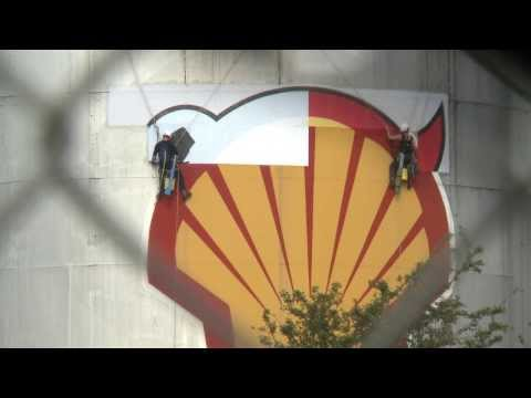 Greenpeace protests at Shell refinery