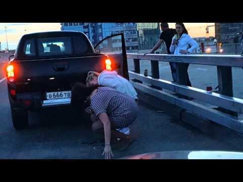 Девушка писает на смотровой площадке Москва-Сити
