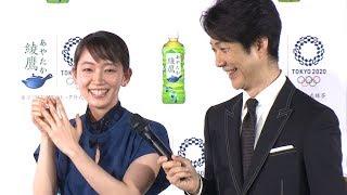 狂言師の野村萬斎と女優の吉岡里帆が、「日本コカ・コーラ『綾鷹』東京2020に向けた戦略発表会」に出席した。これまで同ブランドのアンバサダーを務めていた吉岡に続き、 ...