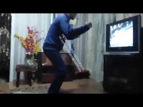 Дядя Хабиба Нурмагомедова смотрит бой [Нетипичная Махачкала]