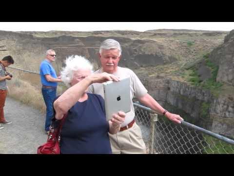 Cao vung family visits Palouse Falls of Washington State