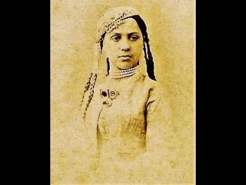 Незаконнорождённая дочь,которая стала женой самого махараджи.       Бамба.