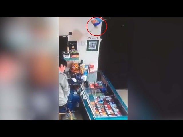Vídeo muestra el aterrador momento en que un bote de fideos poseído sale disparado en una tienda