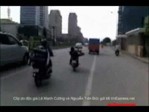 Clip lái xe máy một chân múa võ - HayNhat.Net