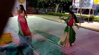 ВАИДЕХИ и ее мама танцуют вместе на свадьбе ее дяди МОРБИ