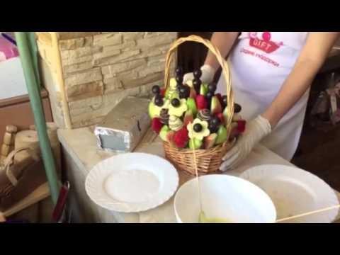 Букет из фруктов и цветов, конфет, овощей, ягод