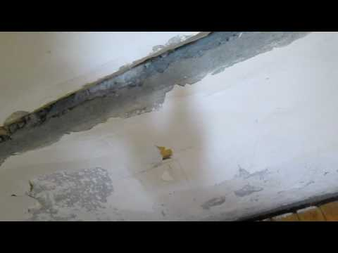 Как заделать щель между плитами на потолке