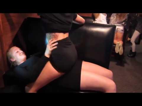2 em gái thác loạn trong bar