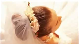 видео Чем дополнить свадебную прическу на короткие волосы с фатой
