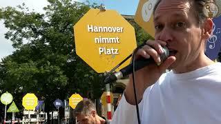 """Delano Peak spielt für BalkonBeats außer Haus im """"Experimentierraum"""" auf dem Opernplatz in Hannover"""