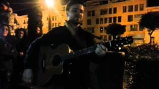 Diego Cantero (Funambulista) cantando en la calle