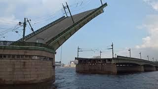Развод и сведение мостов в Санкт-Петербурге днем