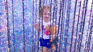 Парк аттракционов и Путешествие в МАДАГАСКАР Видео для детей Baby girl at the amusement Park for kid