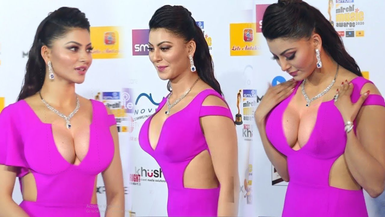 Urvashi Rautela OOPS moment 😮 in her UNCONTROLABLE DRESS at 21st Mirchi  Music Awards   BiscootTv - YouTube