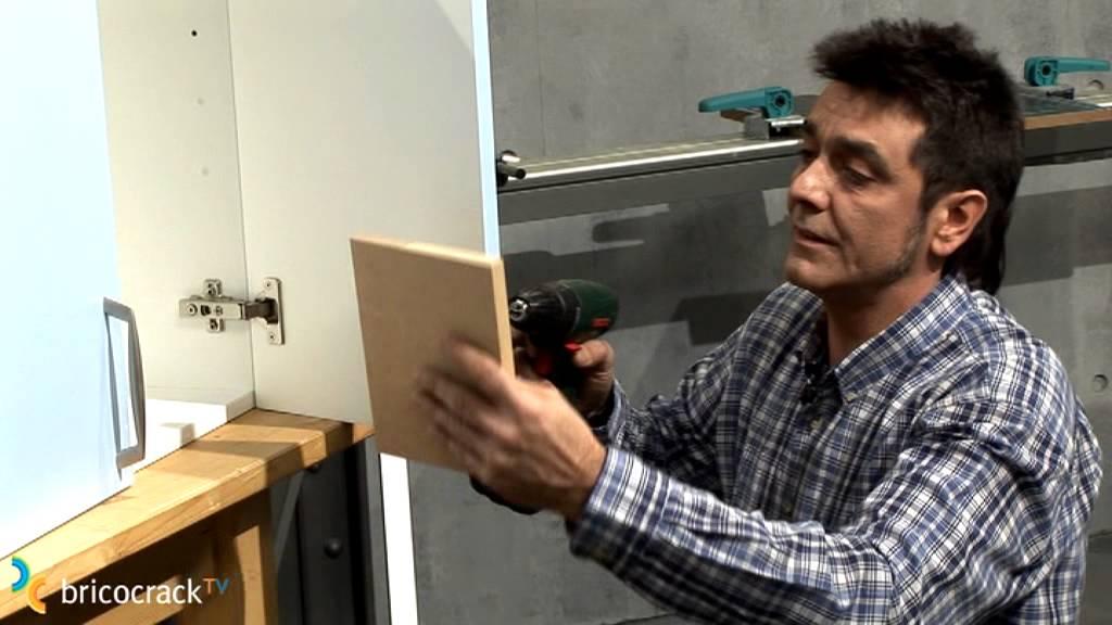 Colocar el tirador de la puerta de un mueble (Bricocrack) - YouTube