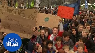 Thousands of people march to raise climate change awareness