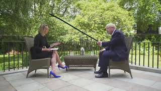 Boris Johnson hits a woman with a stick for 1 minute