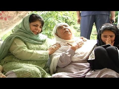 Mehbooba Mufti visits Shujaat Bukhari's residence to pay her condolences