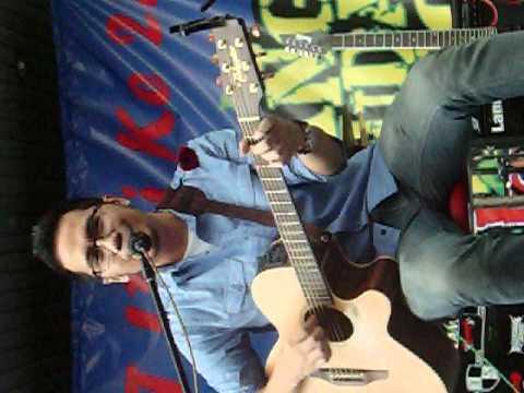 Adera live performance