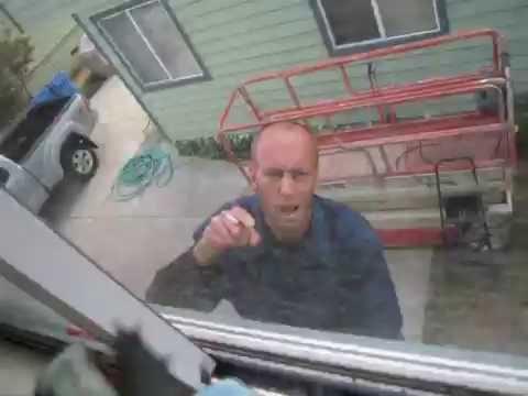 近所に住んでいる薬物中毒の男性の奇妙な行動に込まている撮影者の男性。