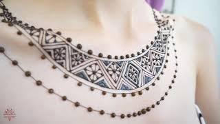 Мехенди в африканском стиле на груди