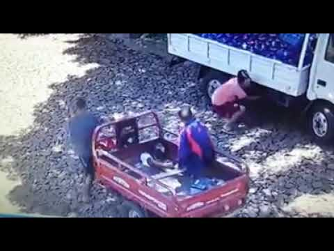 Video: Motocarriteros robaron batería de un camión