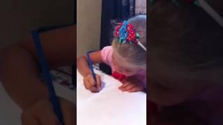 Маленькая девочка леди Лиза показывает как надо рисовать собаку. Мастер-класс.