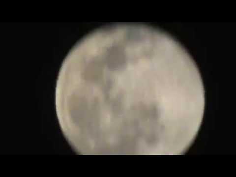 La Luna y desde tan cerca ( se ve el burro y el señor encima del burro)