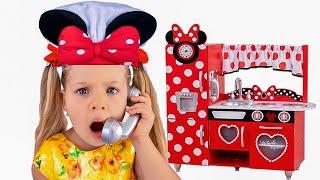 Diana faz de conta que está cozinhando com brinquedos novos