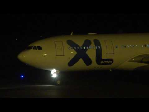 Night plane spotting at St Denis - Roland Garros Airport (RUN)
