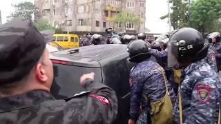 Ոստիկանները ճոճում են Արշակունյաց պողոտան փակած  ցուցարարի մեքենան