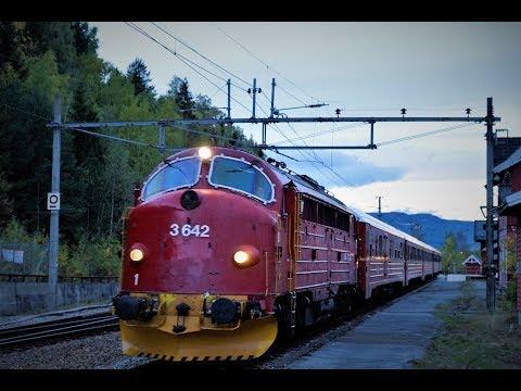 NSB Di 3.642 m stålvogntoget passerer Fåvang stasjon 29.09.18