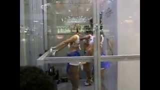 Dançando na vitrine.