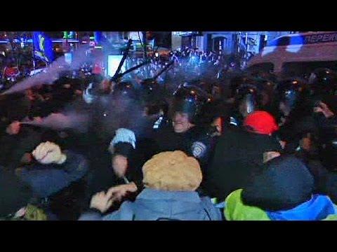 Ukraine: EU protest clashes as Tymoshenko starts hunger strike