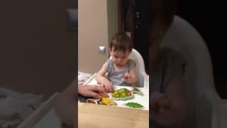 Тимоша учится снимать яблочки