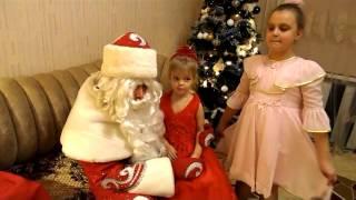 Дед мороз и Снегурочка зашли в гости к детям / Подарки от деда мороза<