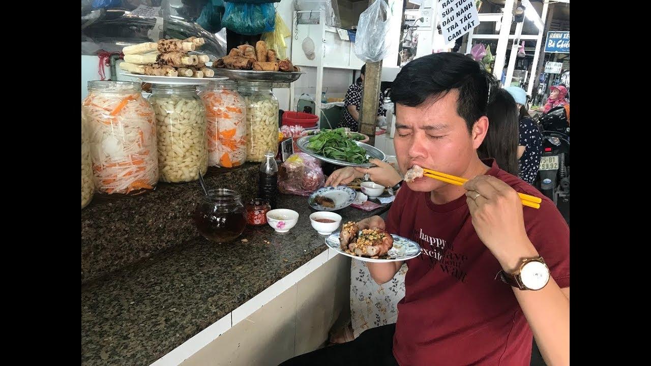"""Khương Dừa đi ăn đặc sản nem nướng và tiếp tục """"rao bán"""" hai con gái giữa chợ Bà Chiểu???"""