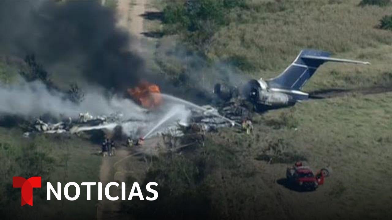Download Imágenes en vivo del accidente de una aeronave con 21 personas a bordo cerca de Katy, Texas